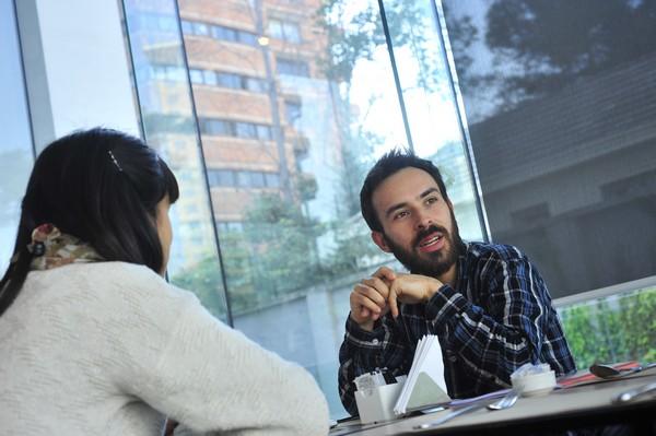 """Para Felipe Correa, existe una """"ideología de libre mercado, una creencia acérrima en que lo privado siempre lo hace mejor que lo público"""". (Foto: Felipe Pinto)"""