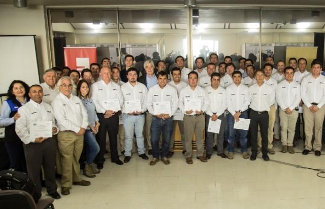 Al finalizar la jornada se entregaron los diplomas a los trabajadores de Bel-Ray Chile que participaron del encuentro. (Foto_ Bel-Ray)
