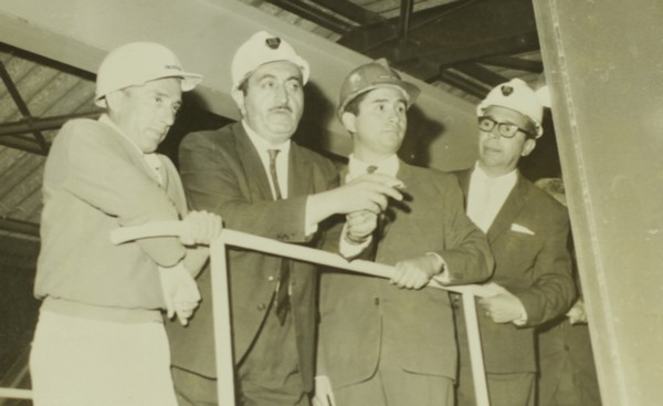 Fernando Pino (tercero de izquierda a derecha) junto al entonces ministro de Minería, Alejandro Hales.