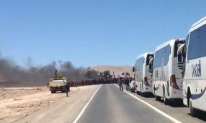 Los buses que trasladan a trabajadores para el cambio de turno debieron esperar por más de una hora antes de poder ingresar a la mina, según denunció Escondida. (Foto: Minera Escondida)