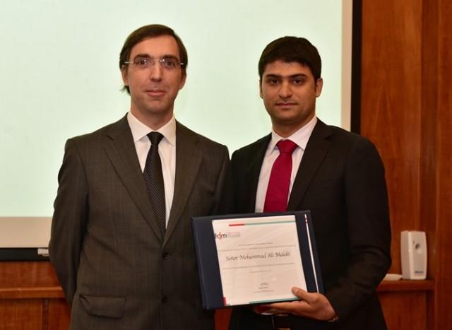 Mohammad Ali Maleki (a la derecha de la foto), el segundo graduado del programa de Doctorado en Ingeniería de Minas de la Universidad de Chile, recibió un reconocimiento especial. En la foto, junto al director del Dimin, Xavier Emery. (Foto: Dimin U. de Chile)
