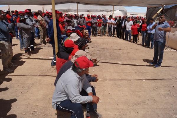 El presidente de la Federación Minera de Chile, Gustavo Tapia, visitando a los trabajadores del Sindicato N°1 de Minera Escondida durante la huelga que mantuvieron por 44 días. (Foto: FMC)