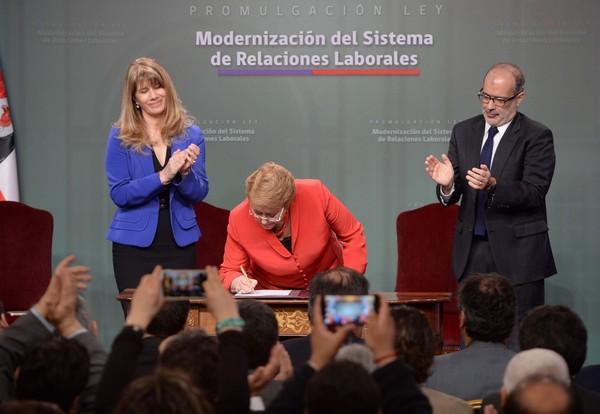 La Reforma Laboral fue promulgada por la Presidenta Bachelet en agosto de 2016. Entre los cambios más relevantes destaca la existencia de un piso de negociación dado por la negociación colectiva anterior vigente. (Foto: Ministerio del Trabajo)