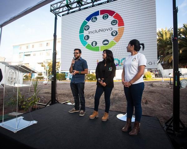 El proyecto IncluNova, que desarrolla tecnologías inclusivas para personas en situación de discapacidad, es otra de las iniciativas de innovación social que ha surgido en Antofagasta. En la foto, Arturo Espinoza, Estefanía Flores y Catalina Anguita, creadores del proyecto. (Foto: Twitter)